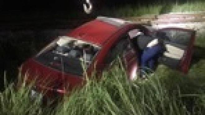 Ô tô bị tàu hỏa kéo lê 40m, tài xế may mắn thoát chết - ảnh 2