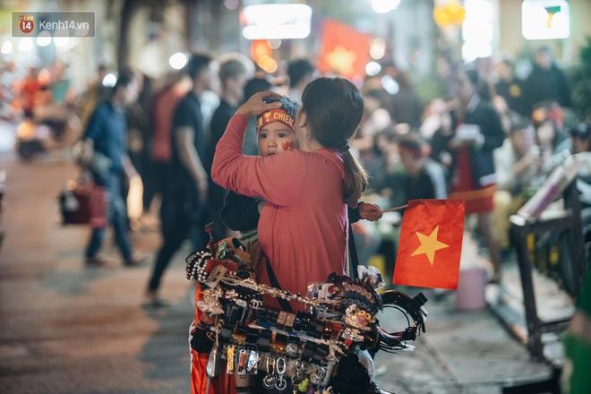Người hâm mộ Hà Nội mang đầu lân sư tử xuống đường sau màn thể hiện kiên cường của đội tuyển Việt Nam trước Thái Lan - ảnh 2