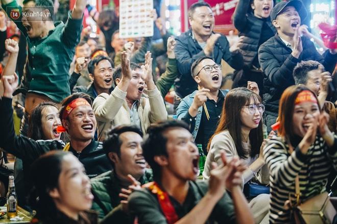 Người hâm mộ Hà Nội mang đầu lân sư tử xuống đường sau màn thể hiện kiên cường của đội tuyển Việt Nam trước Thái Lan - ảnh 3
