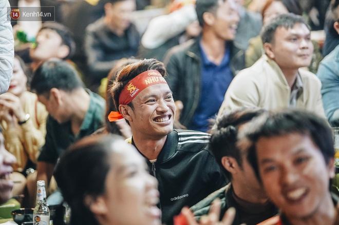 Người hâm mộ Hà Nội mang đầu lân sư tử xuống đường sau màn thể hiện kiên cường của đội tuyển Việt Nam trước Thái Lan - ảnh 5
