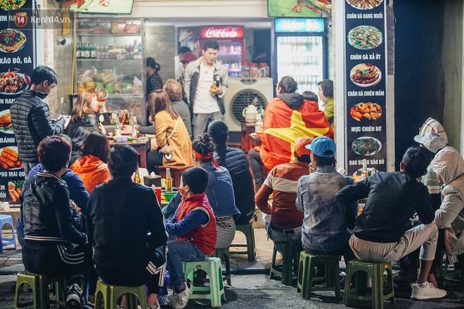 Người hâm mộ Hà Nội mang đầu lân sư tử xuống đường sau màn thể hiện kiên cường của đội tuyển Việt Nam trước Thái Lan - ảnh 1
