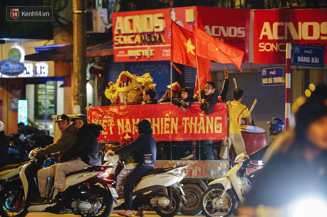 Người hâm mộ Hà Nội mang đầu lân sư tử xuống đường sau màn thể hiện kiên cường của đội tuyển Việt Nam trước Thái Lan - ảnh 7