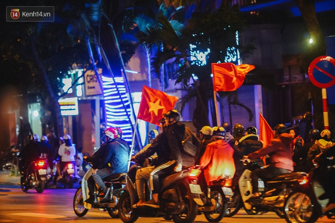 Người hâm mộ Hà Nội mang đầu lân sư tử xuống đường sau màn thể hiện kiên cường của đội tuyển Việt Nam trước Thái Lan - ảnh 11