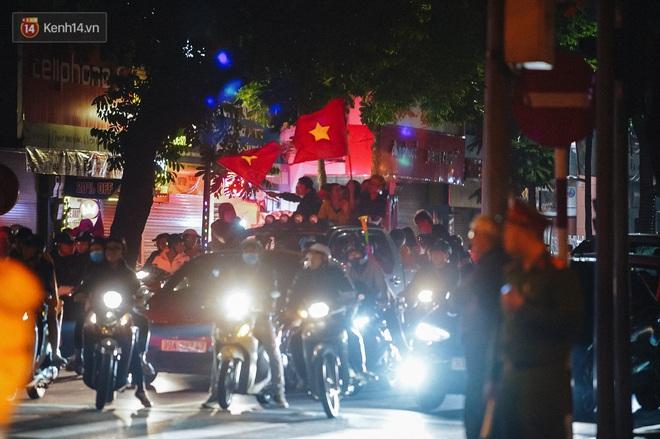 Người hâm mộ Hà Nội mang đầu lân sư tử xuống đường sau màn thể hiện kiên cường của đội tuyển Việt Nam trước Thái Lan - ảnh 12