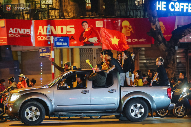 Người hâm mộ Hà Nội mang đầu lân sư tử xuống đường sau màn thể hiện kiên cường của đội tuyển Việt Nam trước Thái Lan - ảnh 9