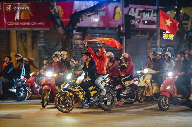 Người hâm mộ Hà Nội mang đầu lân sư tử xuống đường sau màn thể hiện kiên cường của đội tuyển Việt Nam trước Thái Lan - ảnh 8