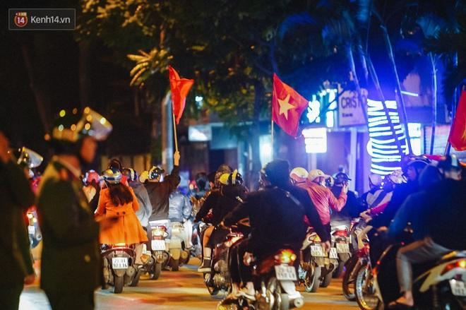 Người hâm mộ Hà Nội mang đầu lân sư tử xuống đường sau màn thể hiện kiên cường của đội tuyển Việt Nam trước Thái Lan - ảnh 15