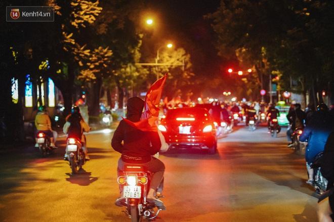Người hâm mộ Hà Nội mang đầu lân sư tử xuống đường sau màn thể hiện kiên cường của đội tuyển Việt Nam trước Thái Lan - ảnh 10