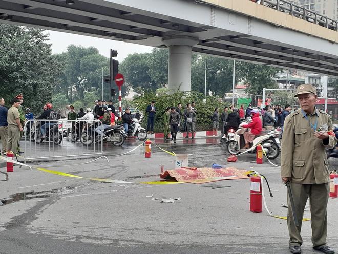 Hà Nội: Mercedes GLC 250 bốc cháy kinh hoàng sau va chạm với xe máy khiến 1 phụ nữ tử vong, giao thông ùn tắc nghiêm trọng - ảnh 10