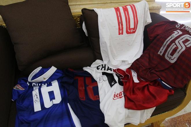 Về khách sạn lúc 23h, Messi Thái Chanathip vẫn miệt mài ký tặng 7 chiếc áo đấu dành riêng cho chàng trai Việt hâm mộ cuồng nhiệt - ảnh 2