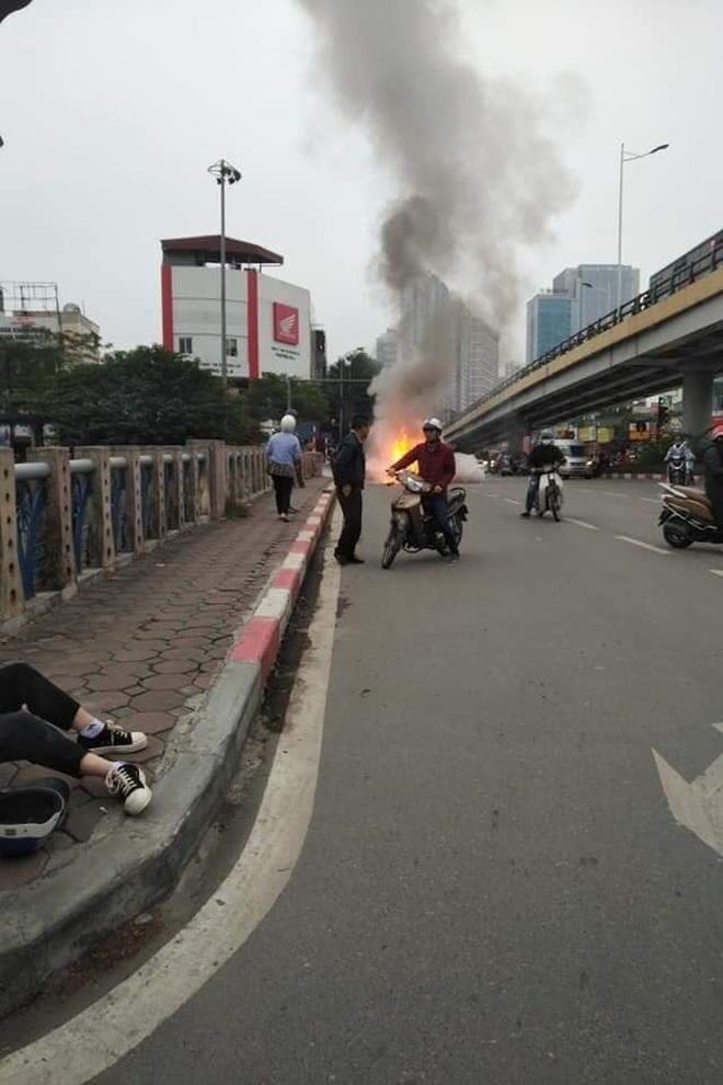 Hà Nội: Mercedes GLC 250 bốc cháy kinh hoàng sau va chạm với xe máy khiến 1 phụ nữ tử vong, giao thông ùn tắc nghiêm trọng - ảnh 4