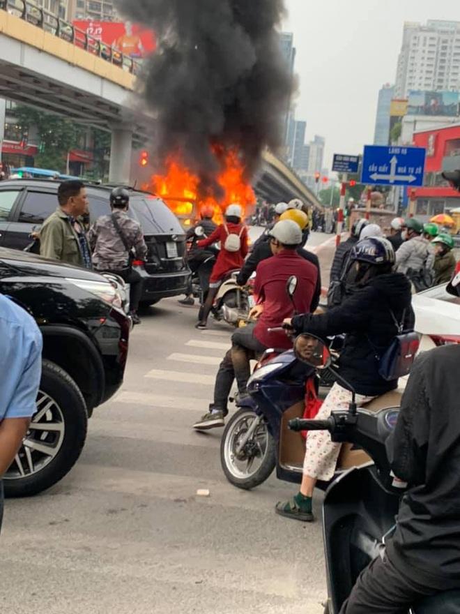 Hà Nội: Mercedes GLC 250 bốc cháy kinh hoàng sau va chạm với xe máy khiến 1 phụ nữ tử vong, giao thông ùn tắc nghiêm trọng - ảnh 2