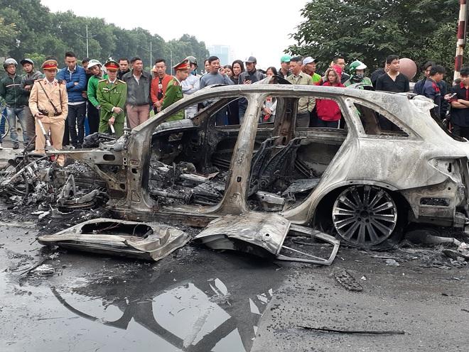 Hà Nội: Mercedes GLC 250 bốc cháy kinh hoàng sau va chạm với xe máy khiến 1 phụ nữ tử vong, giao thông ùn tắc nghiêm trọng - ảnh 6