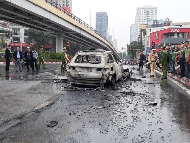 Hà Nội: Mercedes GLC 250 bốc cháy kinh hoàng sau va chạm với xe máy khiến 1 phụ nữ tử vong, giao thông ùn tắc nghiêm trọng - ảnh 7