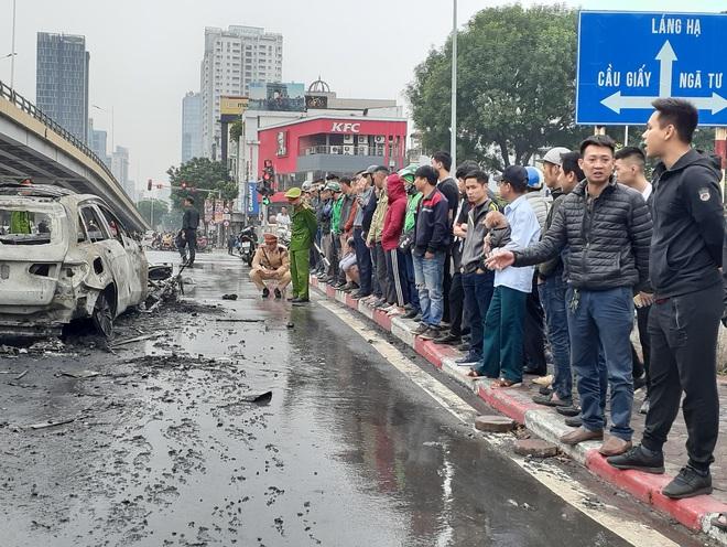 Hà Nội: Mercedes GLC 250 bốc cháy kinh hoàng sau va chạm với xe máy khiến 1 phụ nữ tử vong, giao thông ùn tắc nghiêm trọng - ảnh 8
