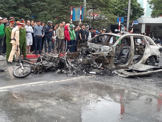 Hà Nội: Mercedes GLC 250 bốc cháy kinh hoàng sau va chạm với xe máy khiến 1 phụ nữ tử vong, giao thông ùn tắc nghiêm trọng - ảnh 9