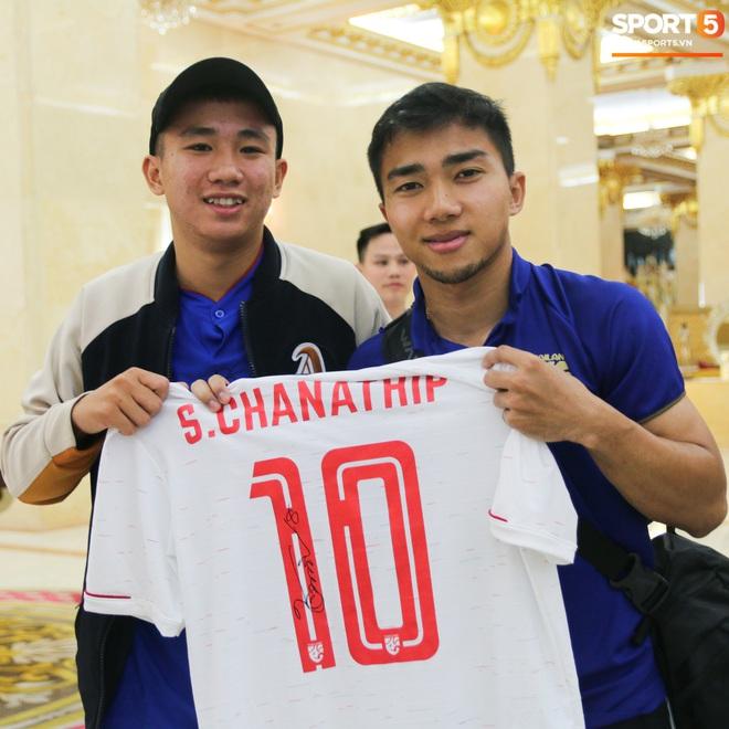 Về khách sạn lúc 23h, Messi Thái Chanathip vẫn miệt mài ký tặng 7 chiếc áo đấu dành riêng cho chàng trai Việt hâm mộ cuồng nhiệt - ảnh 1