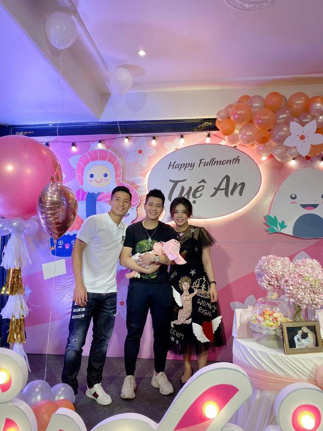 Quân A.P dự tiệc đầy tháng con gái Bùi Tiến Dũng, bất ngờ khoe cũng được vui lây, lên chức bố nuôi bé Sushi - ảnh 2
