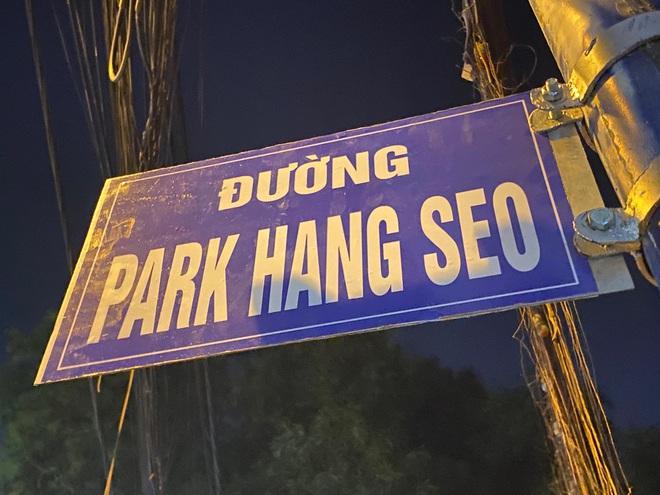 Bảng tên đường có viền trắng, chữ trắng và nền xanh mang tên vị HLV đội tuyển bóng đá nam của Việt Nam.