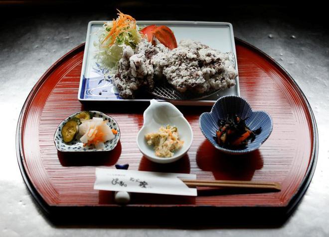 Đăng video ăn thịt cá voi xanh mua ở Nhật khiến dân mạng tranh cãi nảy lửa, Quỳnh Trần JP lên tiếng đáp trả cực gắt - Ảnh 16.