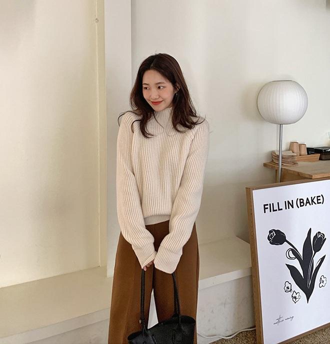 Trong muôn vàn mẫu áo len, đây là 4 kiểu sẽ giúp vẻ ngoài của bạn tăng thêm bội phần tây tây sang chảnh - ảnh 9