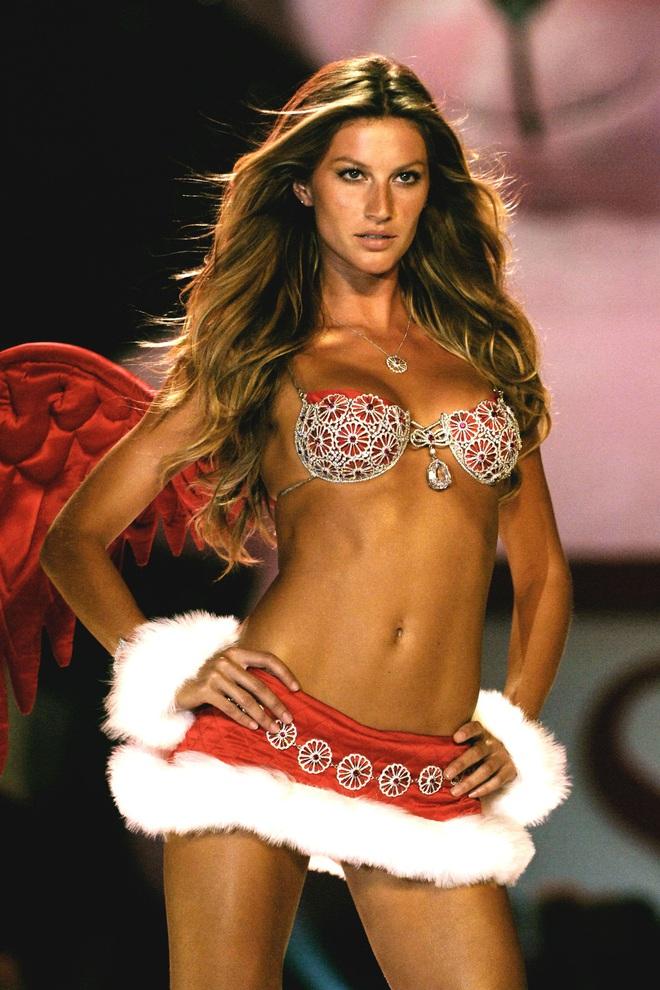 Lịch sử Fantasy Bra tiền tỷ của Victoria's Secret: Ngày càng đẹp nhưng lại ngày một rẻ, phần nào báo trước tương lai lụi tàn của VSFS - ảnh 14