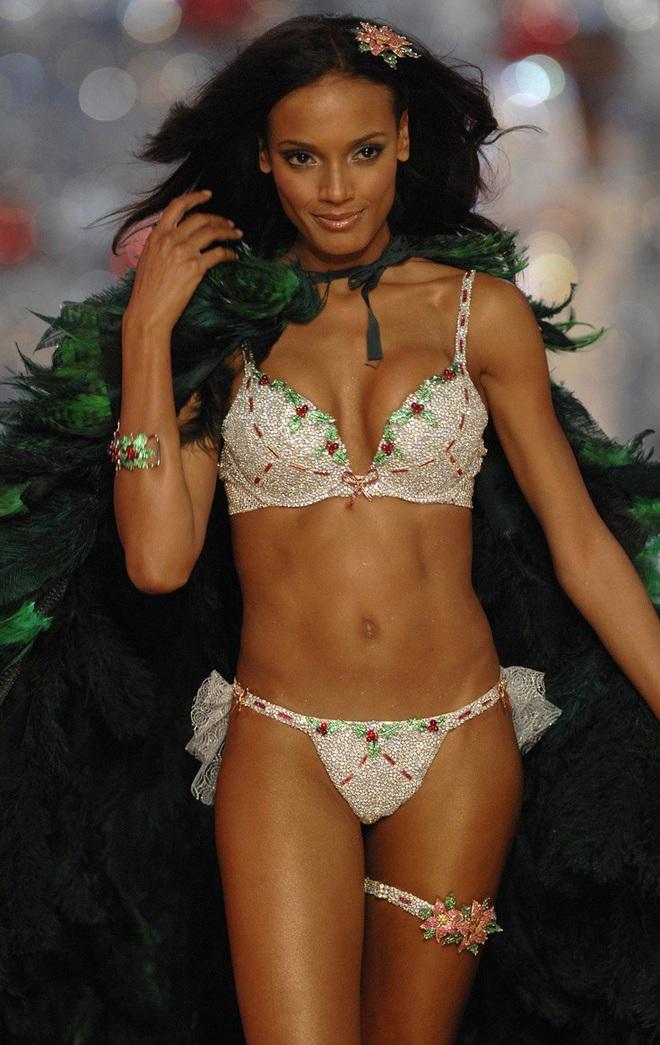 Lịch sử Fantasy Bra tiền tỷ của Victoria's Secret: Ngày càng đẹp nhưng lại ngày một rẻ, phần nào báo trước tương lai lụi tàn của VSFS - ảnh 12