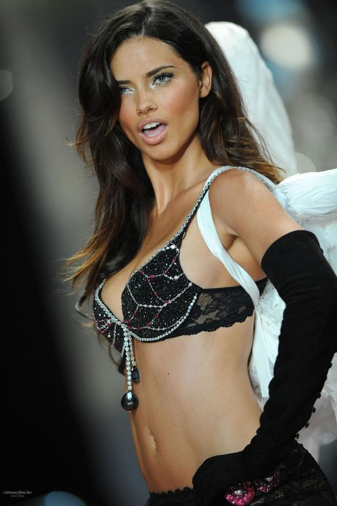 Lịch sử Fantasy Bra tiền tỷ của Victoria's Secret: Ngày càng đẹp nhưng lại ngày một rẻ, phần nào báo trước tương lai lụi tàn của VSFS - ảnh 11
