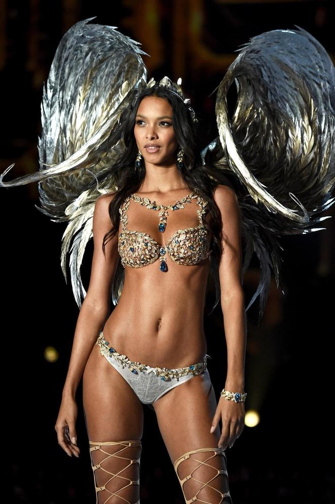 Lịch sử Fantasy Bra tiền tỷ của Victoria's Secret: Ngày càng đẹp nhưng lại ngày một rẻ, phần nào báo trước tương lai lụi tàn của VSFS - ảnh 2