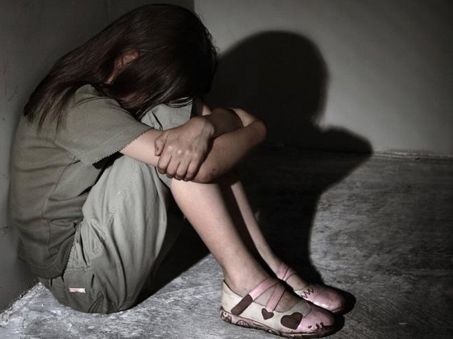 """Giáo sư tâm lý nói về vụ bé gái 13 tuổi nhảy lầu tự tử ở chung cư: """"Tự ý kiểm tra điện thoại là xâm phạm quyền riêng tư của con"""" - ảnh 1"""