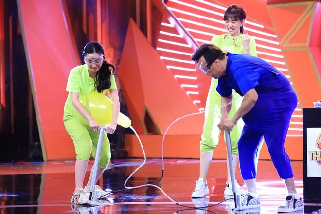 Jun Vũ vừa xuất hiện trong gameshow, dàn sao nam đua nhau... chạy đến ôm - ảnh 1