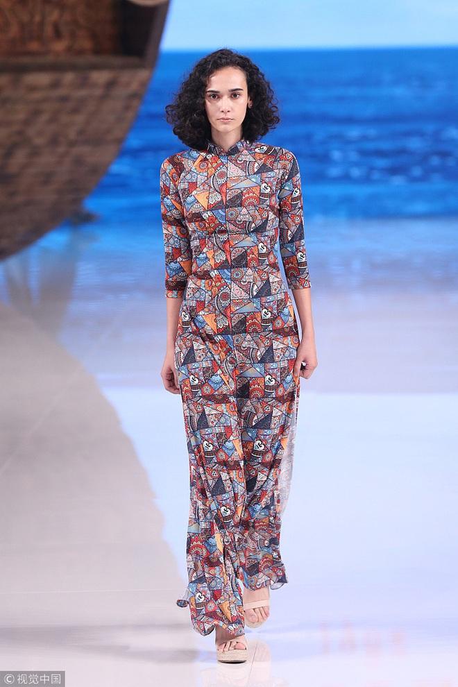 Giữa lùm xùm mẫu áo dài bị copy, NTK Thủy Nguyễn khẳng định: Sản phẩm kia giống thiết kế gốc của tôi đến hơn 90% - ảnh 4