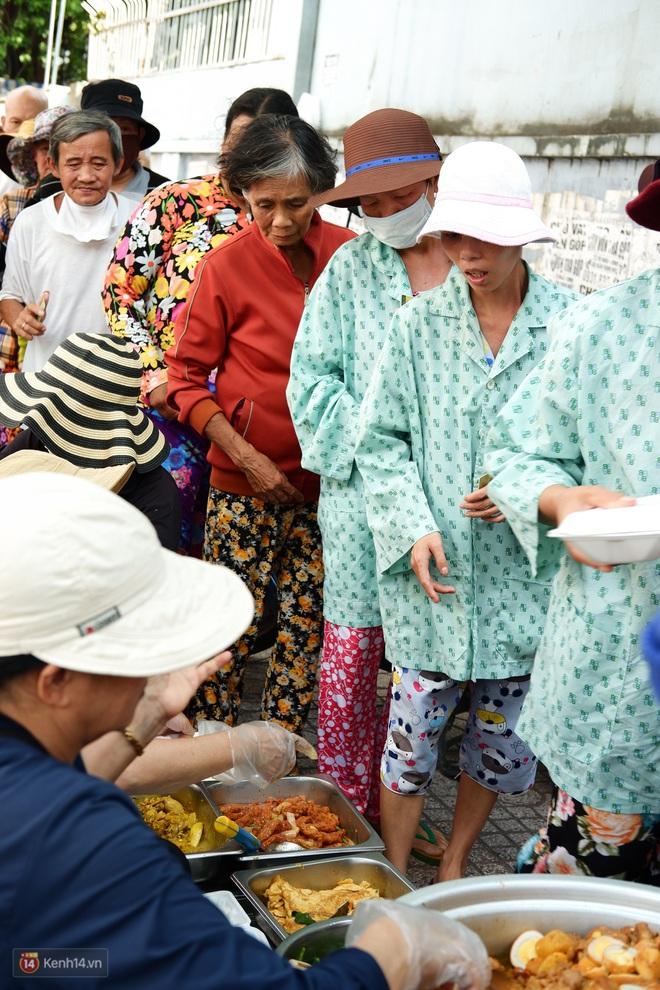 Phía sau cảnh xếp dép giữ chỗ trước BV Ung Bướu Sài Gòn: Gã giang hồ hoàn lương, 6 năm phát cơm miễn phí cho người nghèo - Ảnh 5.