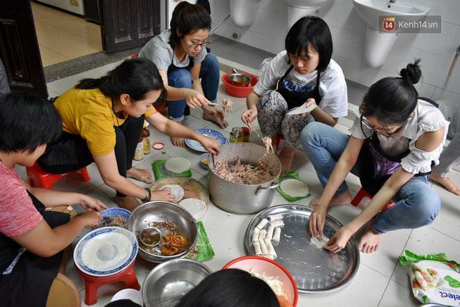 Gặp thầy giáo tiếng Anh đứng sau những bữa ăn miễn phí cho trẻ em nghèo ở Sài Gòn: Làm từ thiện cũng như làm dâu trăm họ - ảnh 4