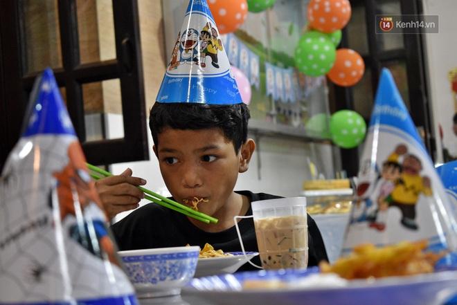 Gặp thầy giáo tiếng Anh đứng sau những bữa ăn miễn phí cho trẻ em nghèo ở Sài Gòn: Làm từ thiện cũng như làm dâu trăm họ - ảnh 6