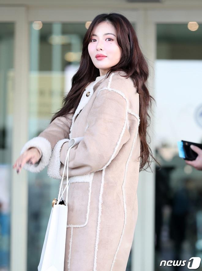 2 nữ hoàng solo đọ sắc tại sân bay: Hyuna lần đầu lộ diện sau tuyên bố trầm cảm, em gái quốc dân IU lột xác cá tính - Ảnh 3.