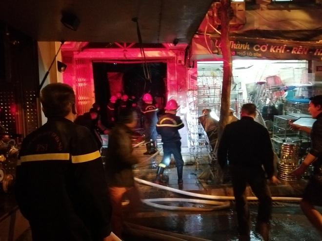 Hà Nội: Giải cứu 2 phụ nữ bị mắc kẹt trong đám cháy trên phố Lò Rèn - Ảnh 2.
