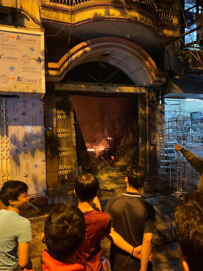 Hà Nội: Giải cứu 2 phụ nữ bị mắc kẹt trong đám cháy trên phố Lò Rèn - Ảnh 1.