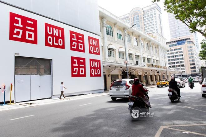 HOT: Cửa hàng Uniqlo Việt Nam đầu tiên chính thức tháo bỏ phông bạt, hé lộ quy mô 3 tầng hoành tráng nổi bần bật 1