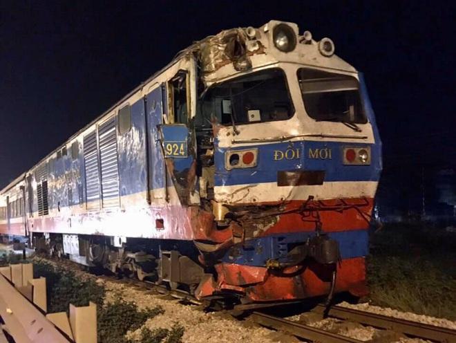 Xe đầu kéo bị tàu hỏa tông đứt đôi khi cố băng qua đường sắt, may mắn không có thương vong - Ảnh 2.