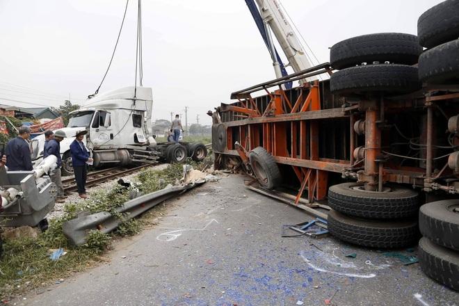 Xe đầu kéo bị tàu hỏa tông đứt đôi khi cố băng qua đường sắt, may mắn không có thương vong - Ảnh 1.