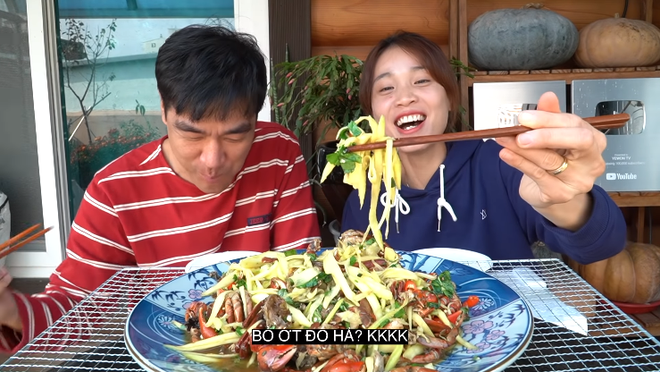 Youtuber Tiên Nguyễn cho chồng Hàn ăn thử ba khía muối trộn xoài và cái kết đắng lòng - Ảnh 4.