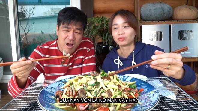 Youtuber Tiên Nguyễn cho chồng Hàn ăn thử ba khía muối trộn xoài và cái kết đắng lòng - Ảnh 3.