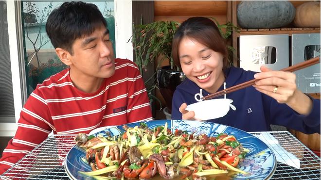 Youtuber Tiên Nguyễn cho chồng Hàn ăn thử ba khía muối trộn xoài và cái kết đắng lòng - Ảnh 5.