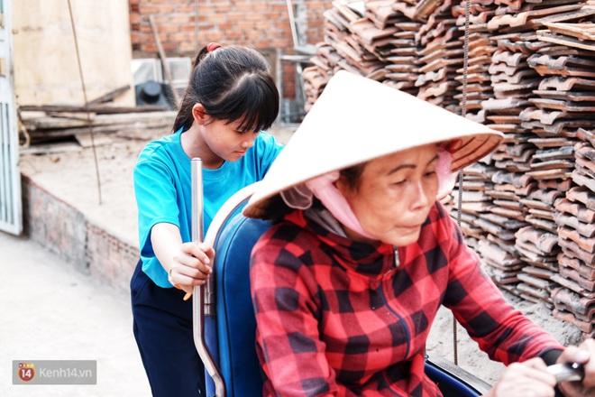 Cô bé 12 tuổi sáng đi học, tối đẩy xe lăn cùng mẹ bán vé số ở Sài Gòn: Con ước được nghỉ bán 1 ngày để ngồi ăn cơm với ba mẹ - ảnh 1