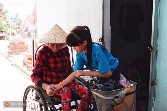 Cô bé 12 tuổi sáng đi học, tối đẩy xe lăn cùng mẹ bán vé số ở Sài Gòn: Con ước được nghỉ bán 1 ngày để ngồi ăn cơm với ba mẹ - ảnh 2