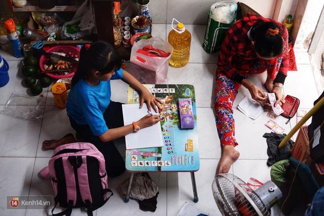 Cô bé 12 tuổi sáng đi học, tối đẩy xe lăn cùng mẹ bán vé số ở Sài Gòn: Con ước được nghỉ bán 1 ngày để ngồi ăn cơm với ba mẹ - ảnh 7