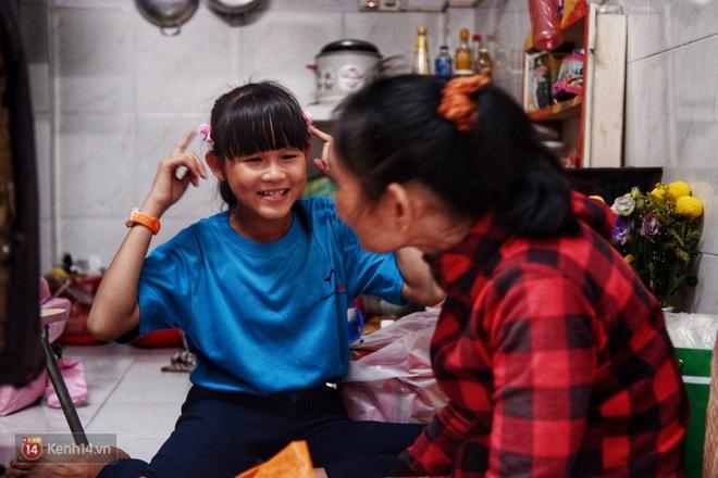 Cô bé 12 tuổi sáng đi học, tối đẩy xe lăn cùng mẹ bán vé số ở Sài Gòn: Con ước được nghỉ bán 1 ngày để ngồi ăn cơm với ba mẹ - ảnh 8