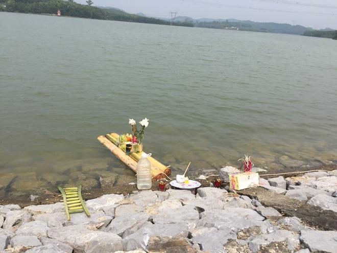Vụ thi thể nữ sinh lớp 6 nổi trên đập nước: Người bố đau khổ, suy sụp trước cái chết của con - Ảnh 2.