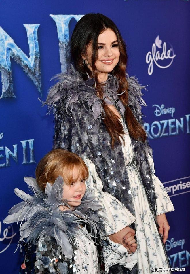 Thảm đỏ Frozen 2: Selena Gomez gây bão vì đẹp xuất thần, hôn em gái cùng cha khác mẹ thắm thiết - ảnh 3